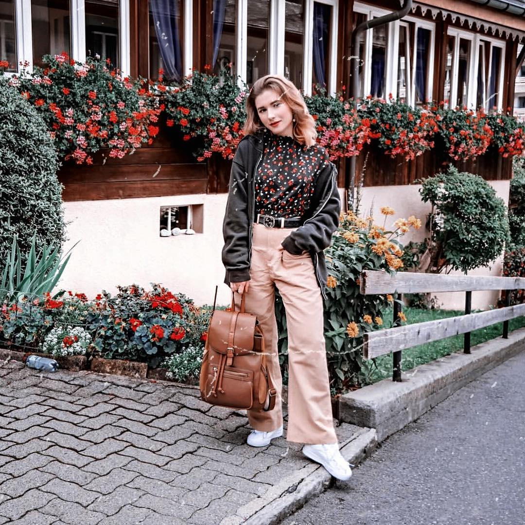 1970 Style Fall Outfit With Black Hoodie, Beige Wide Pants And White Sneakers 2020