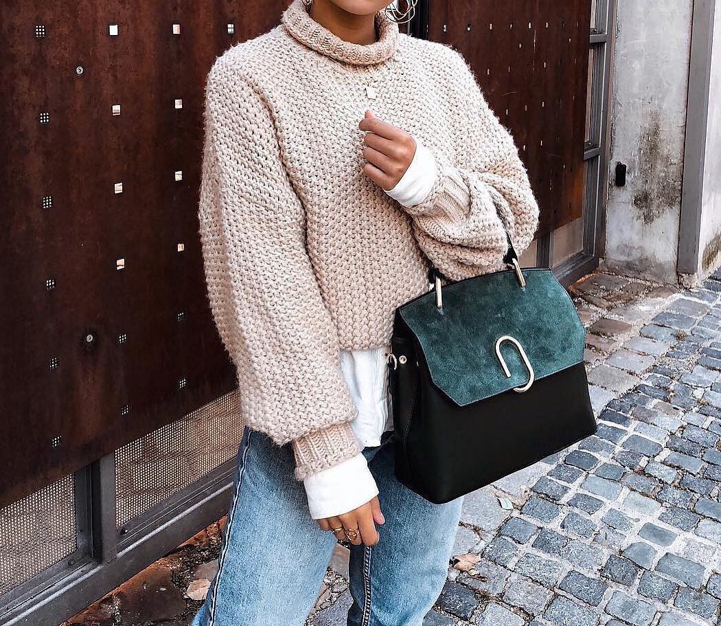 Oversized Blush Sweater With White Top And Blue Jeans For Fall 2020