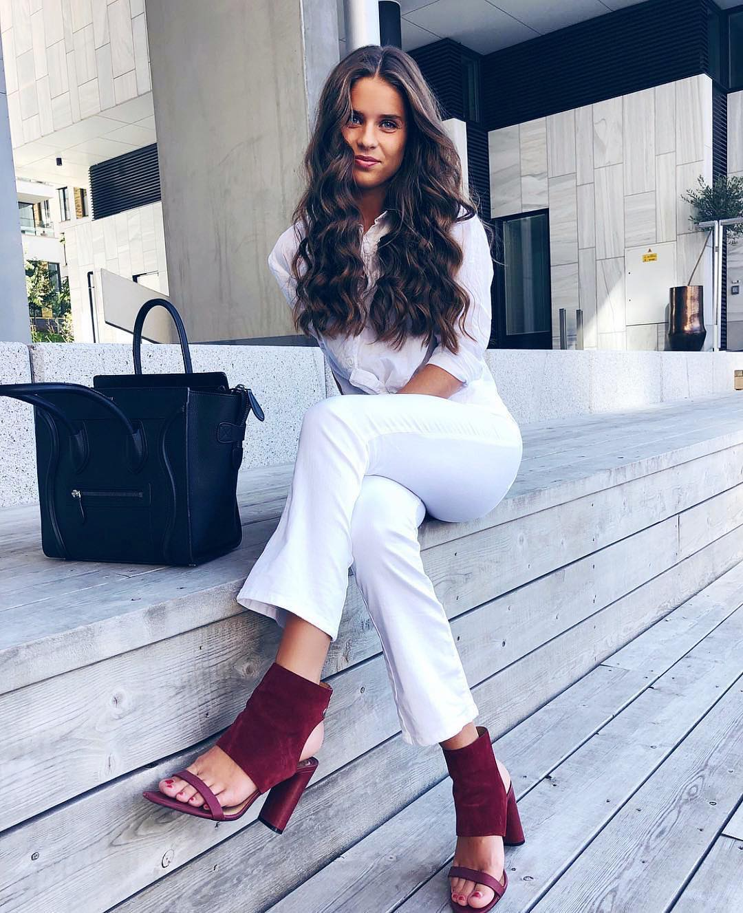 All White Outfit Idea With Maroon Peep-Toe Boot-Sandals For Fall 2020