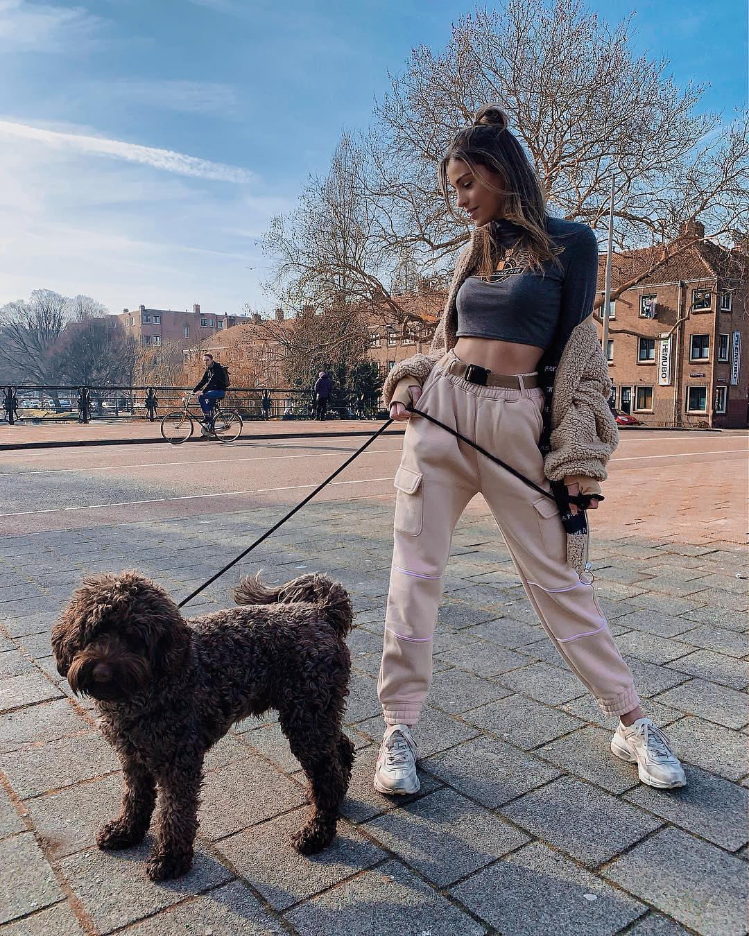 Best Casual Day Walk: Cargo Sweatpants, Crop Top And White Sneakers 2021