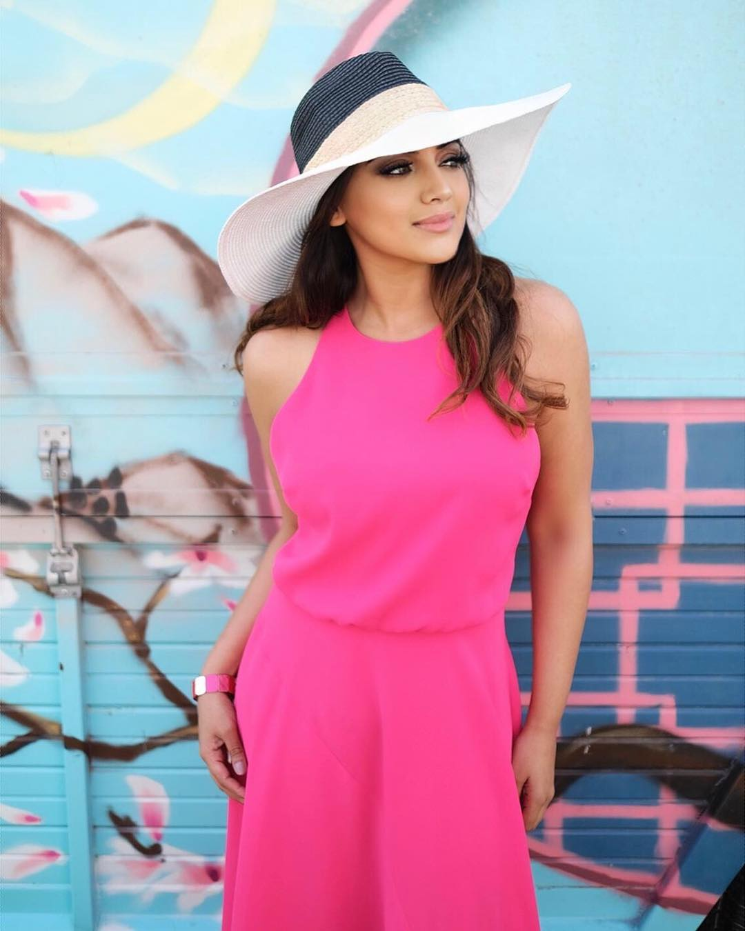 Sleeveless Dress In Fuchsia And Wide-Brim Beach Hat 2019